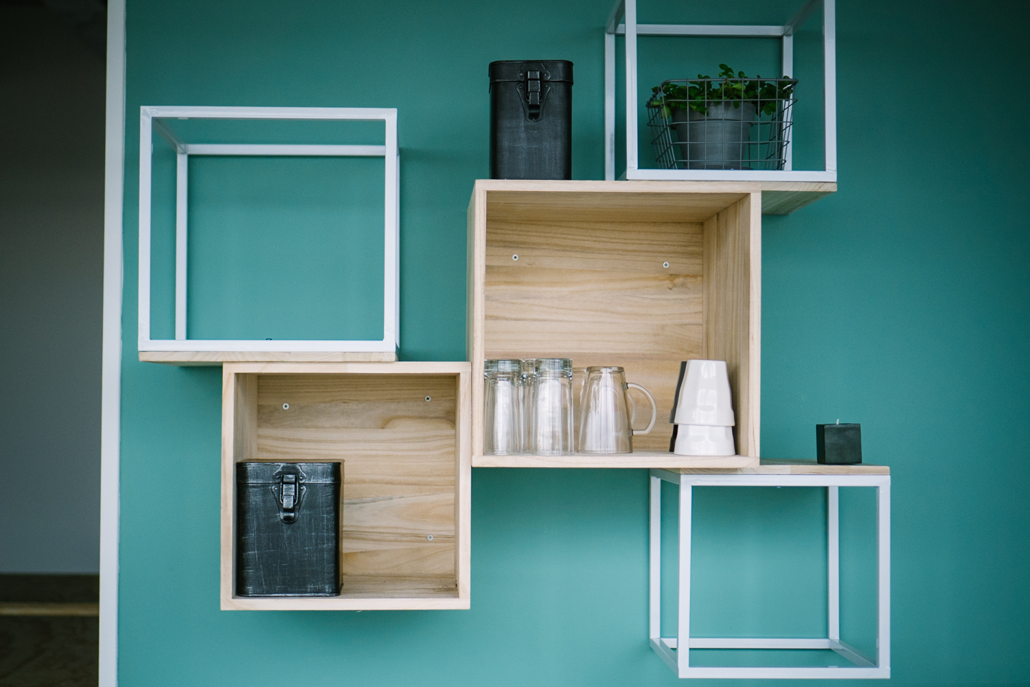 Wall cabinet hanging cube